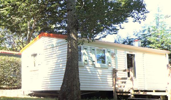 camping en auvergne dans le cantal au bord du lac avec. Black Bedroom Furniture Sets. Home Design Ideas